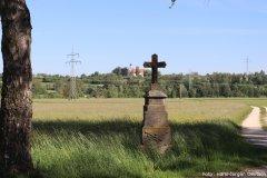Feldkreuz auf der Strasse nach Algershofen mit Blick auf die Frauenbergkapelle