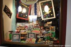 Leckereien zur Fasnet im Schaufenster des Café Knebel