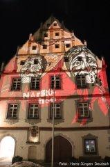Fastnachtlich beleuchtete Fassade des Rathauses