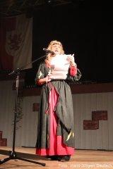 Burgherrin Carmen Klein bei der Programm-Ansage