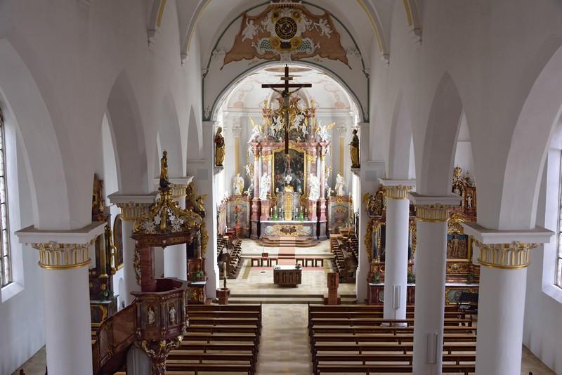 Gang zum Altar der Pfarrkirche St. Dionysius